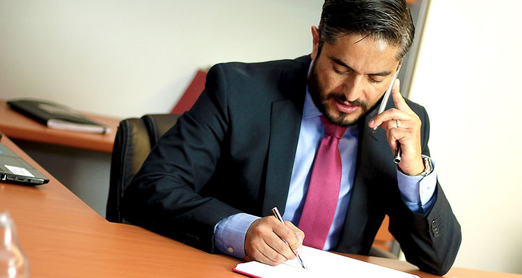 Abogado administrativo hablando por el móvil