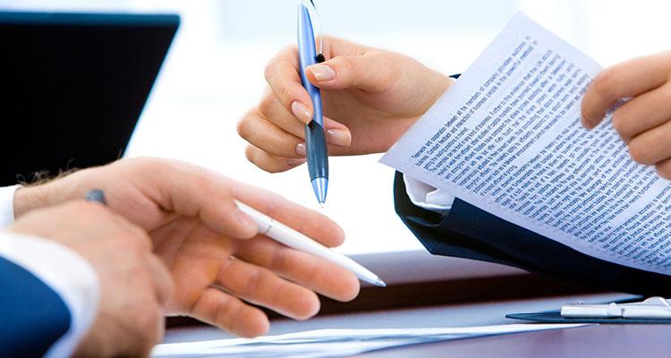 Mujer firmando un documento de privacidad